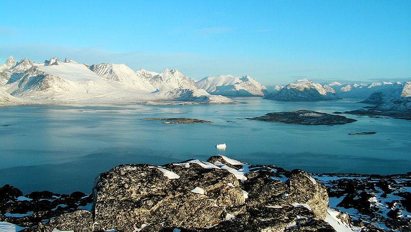 Ландшафт близ Нанорталика в южной части острова - горы и плавучие льды