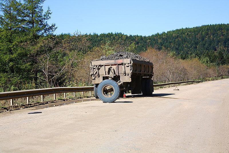 Брошенная телега с углем посреди острова Сахалин